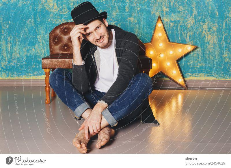 der Typ mit dem Hut, der neben dem Lampenstern sitzt. Lifestyle Freizeit & Hobby Sport Arbeit & Erwerbstätigkeit Beruf maskulin Junger Mann Jugendliche 1 Mensch