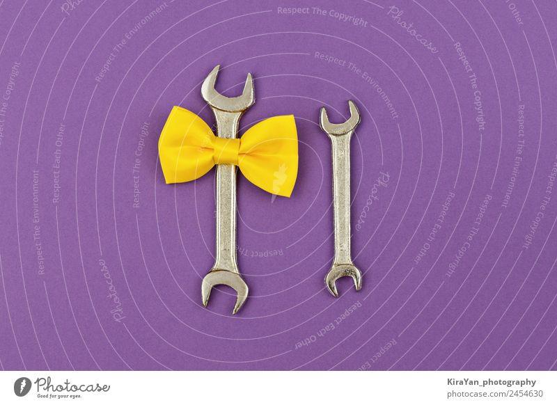 Zwei große und kleine Schraubenschlüssel mit gelber Schleife auf violett. Lifestyle Design Glück Dekoration & Verzierung Feste & Feiern Geburtstag Werkzeug