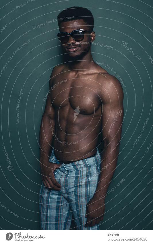 Afrikanischer Athlet mit Modebrille Sport Fitness Sport-Training Sportler Mensch maskulin Junger Mann Jugendliche Erwachsene Senior Körper Haut Haare & Frisuren