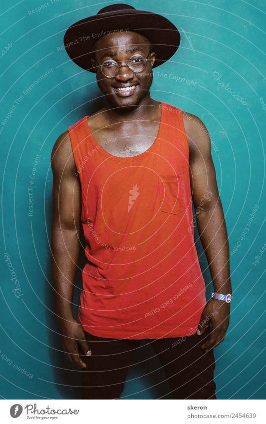 lustiger afrikanischer Typ mit Hut und Brille Mensch maskulin Kindheit Jugendliche Körper Haut Gesicht Auge Zähne 1 18-30 Jahre Erwachsene Kultur Jugendkultur