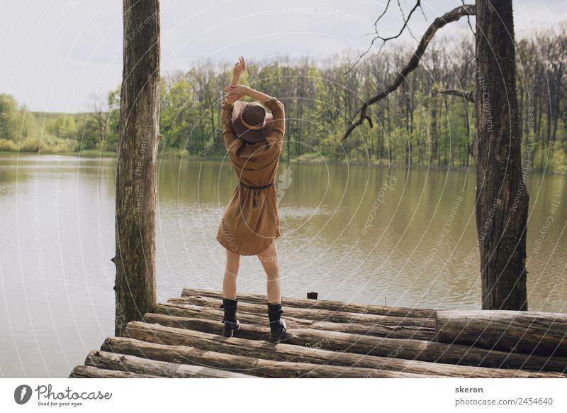Mensch Himmel Natur Jugendliche Junge Frau Sommer Pflanze Wasser Sonne Landschaft Baum Wolken ruhig 18-30 Jahre Erwachsene Wärme