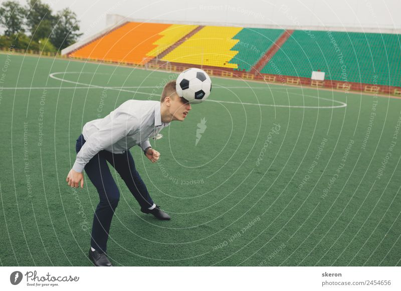 Büroangestellte spielt Fußball im Stadion Sport Fitness Sport-Training Sportler Sportmannschaft Torwart Sportstätten Fußballplatz Mensch maskulin Junger Mann