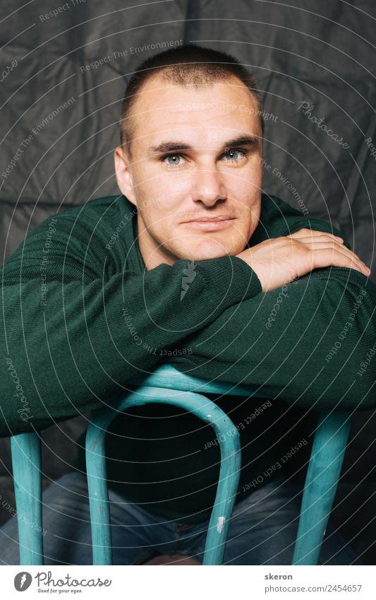 Mensch Jugendliche schön grün Junger Mann 18-30 Jahre Lifestyle Erwachsene Glück außergewöhnlich Mode Freizeit & Hobby maskulin retro glänzend sitzen