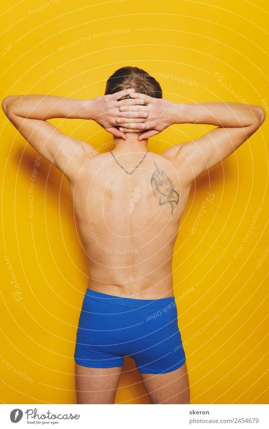 junger Mann mit einer Tätowierung auf dem Rücken in farbigen Shorts. Lifestyle Körper Haut Wellness Sport Fitness Sport-Training Sportler Mensch maskulin