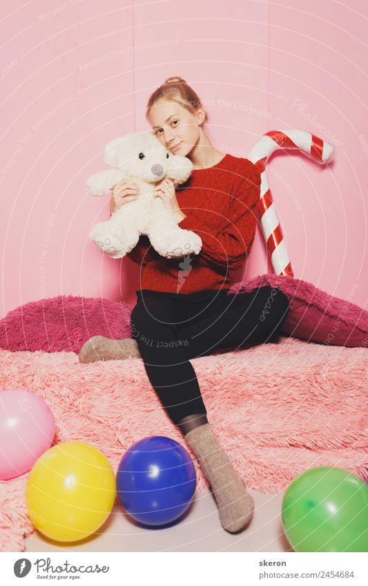 süßes Mädchen nahe der rosa Wand mit Spielzeug Lifestyle elegant Stil Design schön Haare & Frisuren Gesundheit Wellness harmonisch Wohlgefühl Zufriedenheit