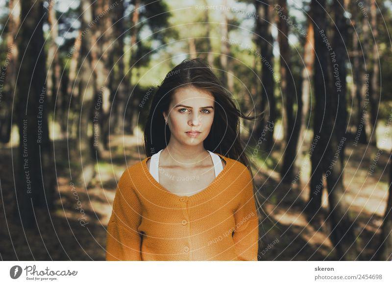 schönes Mädchen mit langen Haaren, Spaziergang im Wald Mensch feminin Junge Frau Jugendliche Erwachsene Gesicht Auge Mund 1 18-30 Jahre Umwelt Natur Landschaft