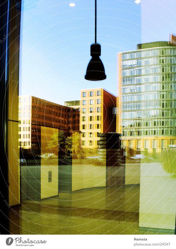 Glas und Licht Reflexion & Spiegelung Haus Gebäude Fassade Fenster Potsdamer Platz Architektur Farbe modern Graffiti Berlin