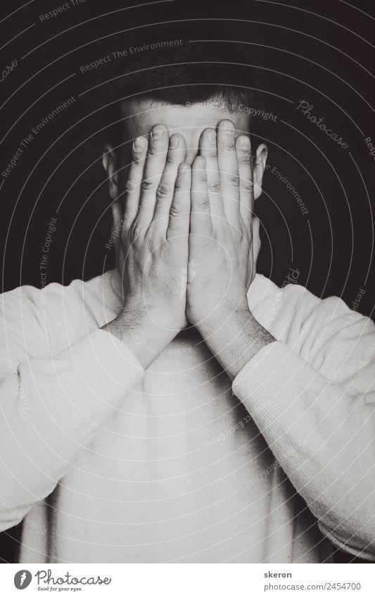 depressiver Mann schließt seine Augen mit seinen Händen. maskulin Erwachsene Jugendliche Senior Haare & Frisuren Gesicht Arme Finger 1 Mensch 18-30 Jahre Mode
