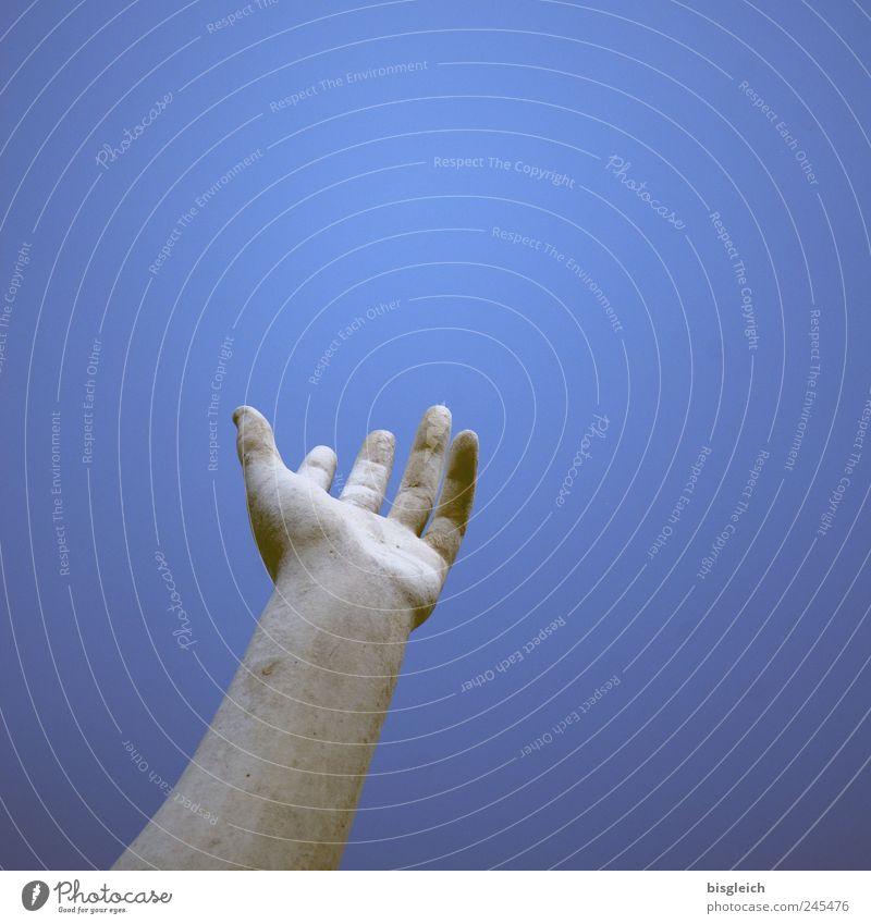 Help! Arme Hand Skulptur Stein blau weiß Erwartung Hilfsbereitschaft Sehnsucht ausgestreckt Finger Himmel Himmel (Jenseits) Farbfoto Außenaufnahme Menschenleer
