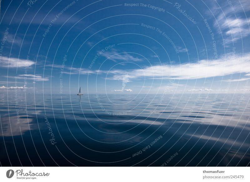 ... und einsam blinkt ein weißes Segel. Himmel blau Wasser Ferien & Urlaub & Reisen Meer Sommer Wolken ruhig Ferne Erholung Freiheit Luft Wellen Abenteuer Insel Gelassenheit