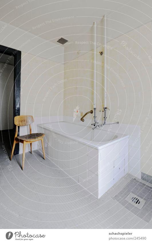 Samstags wird gebadet alt weiß gelb grau Raum Schwimmen & Baden Stuhl Vergänglichkeit Sauberkeit Fliesen u. Kacheln Vergangenheit Verfall Badewanne Renovieren