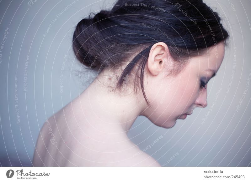 untergehen. Mensch Jugendliche schön feminin Erwachsene Traurigkeit träumen ästhetisch Trauer 18-30 Jahre Sorge Junge Frau schwarzhaarig Sexualität