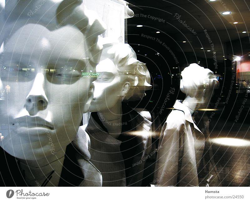 dollies in town Schaufenster Kaufhaus Nacht Reflexion & Spiegelung Seite planen Industrie Ladengeschäft Puppe Dynamik Inspiration Gesicht gestellt Mode