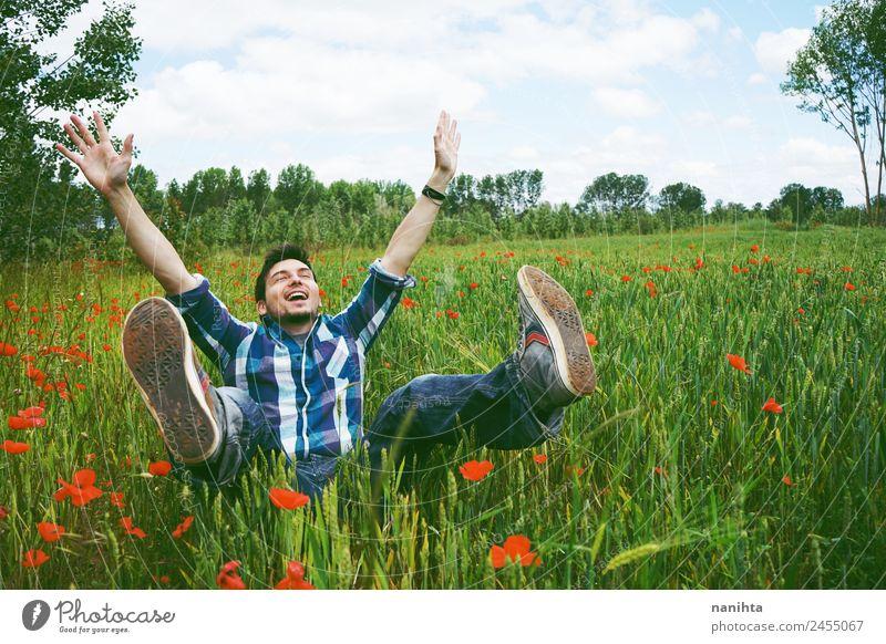Junger glücklicher Mann, der Spaß auf einem Feld mit grünem Weizen hat. Lifestyle Freude Gesundheit Wellness Leben Zufriedenheit Mensch maskulin Junger Mann