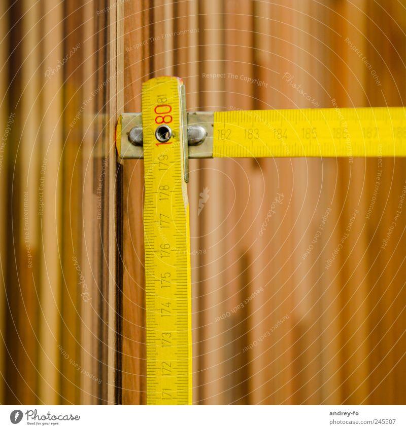 Maßband heimwerken Renovieren Arbeit & Erwerbstätigkeit Handwerker Arbeitsplatz Baustelle Werkzeug Messinstrument Holz Ziffern & Zahlen lang braun gelb fleißig