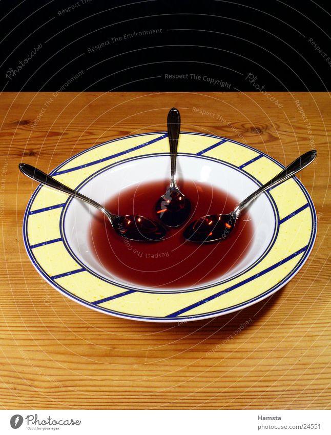 Auslöffeln2 Teller Löffel 3 Tisch rot Zusammensein Teilung Häusliches Leben 3 Gegenstände Ernährung