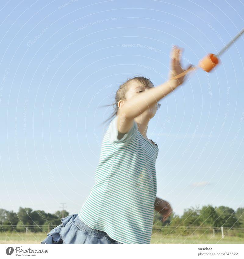 .. oder fliegen wir nach berlin? Mensch Kind Himmel Natur Freude Bewegung Kopf Kindheit Arme wild natürlich Fröhlichkeit stoppen Schönes Wetter Begeisterung