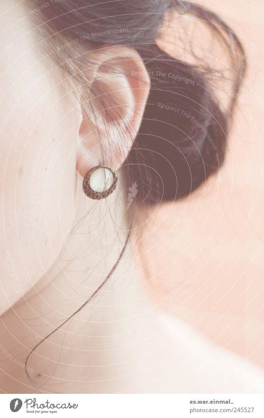 sprich leise. feminin Haare & Frisuren Ohr Ohrringe hören Farbfoto Gedeckte Farben
