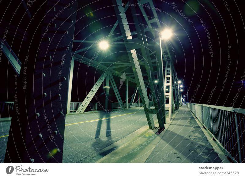 Einsamer Geist Geister u. Gespenster Mann laufen Unschärfe Brücke Nacht dunkel Licht Straße Weg Einsamkeit