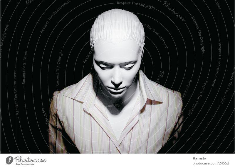 white doll2 Frau weiß Einsamkeit dunkel klein Streifen Hemd eng Schaufensterpuppe