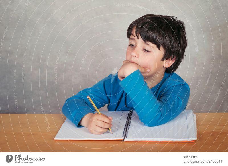 trauriger und nachdenklicher Junge mit einem Buch Lifestyle lesen Kind Schule lernen Mensch maskulin Kleinkind Kindheit 1 8-13 Jahre Kultur Denken Traurigkeit