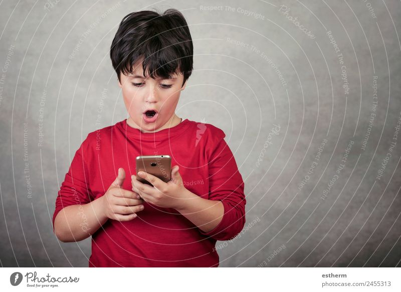 Kind Mensch Lifestyle Bewegung Junge Spielen maskulin Kommunizieren Technik & Technologie Kindheit Fröhlichkeit Neugier Telefon Internet 8-13 Jahre Handy