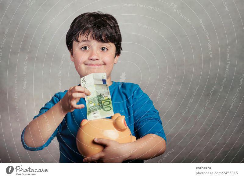 Glückliches Kind spart Geld auf einer Sparschweinbank Lifestyle Freude sparen Arbeit & Erwerbstätigkeit Wirtschaft Kapitalwirtschaft Geldinstitut Business