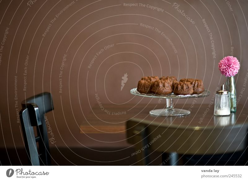 Zu Tisch! Lebensmittel Teigwaren Backwaren Kuchen Gugelhupf Zucker Ernährung Kaffeetrinken Teller Etagere Zuckerdose Stil Design Raum Restaurant Bar Cocktailbar
