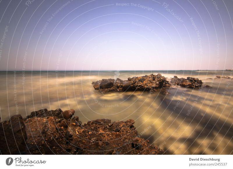 In der Brandung blau Wasser Sommer Meer Ferne Landschaft Küste Stein Horizont braun Felsen Wellen Insel Schönes Wetter Wolkenloser Himmel steinig