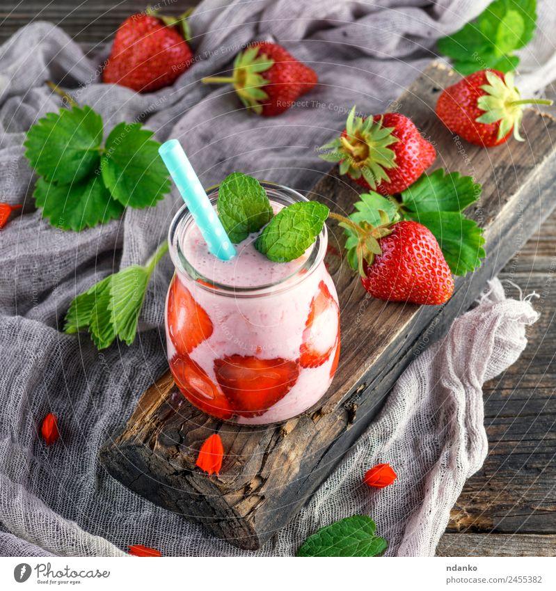 Smoothies von frischen Erdbeeren Joghurt Frucht Dessert Frühstück Diät Getränk Erfrischungsgetränk Saft Sommer Tisch Holz Essen saftig grün rot Milchshake