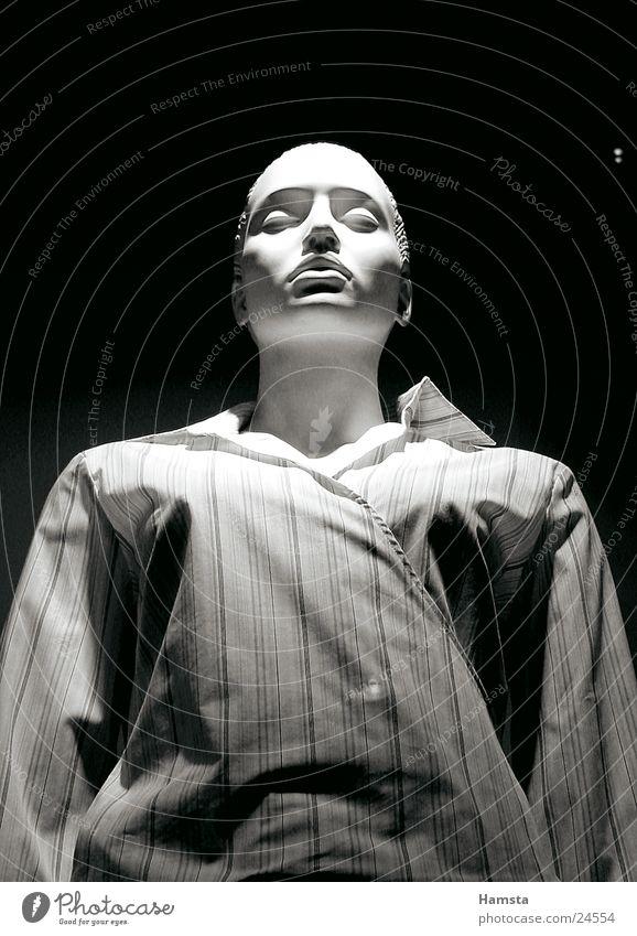 white doll 3 Frau weiß ruhig Einsamkeit dunkel groß schlafen Streifen Hemd eng Schaufensterpuppe