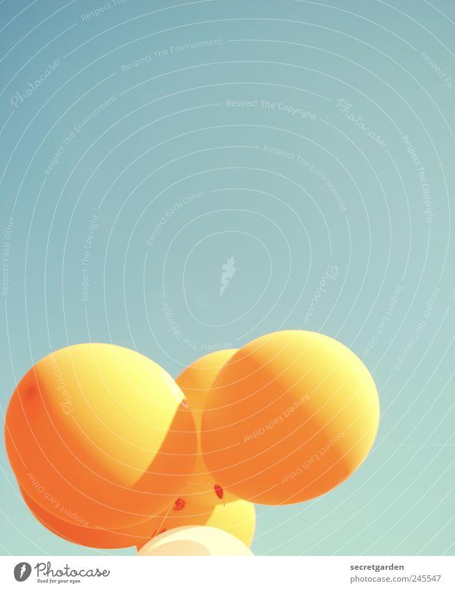 kindheitsträume blau Sommer Freude Farbe Glück hell orange Feste & Feiern Kindheit fliegen Fröhlichkeit Luftballon rund Kitsch Lebensfreude türkis