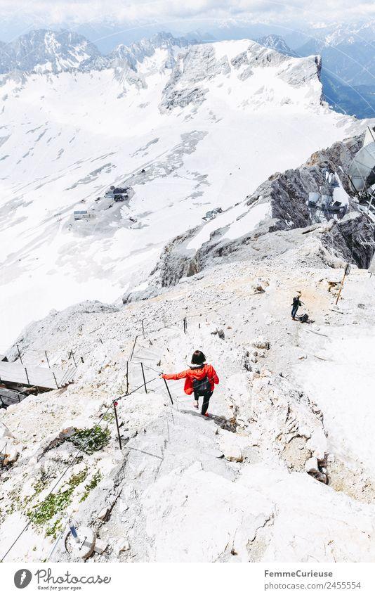 Hiker on the Zugspitze feminin Junge Frau Jugendliche Erwachsene 1 Mensch 18-30 Jahre 30-45 Jahre Abenteuer Expedition wandern rot Jacke Außenaufnahme