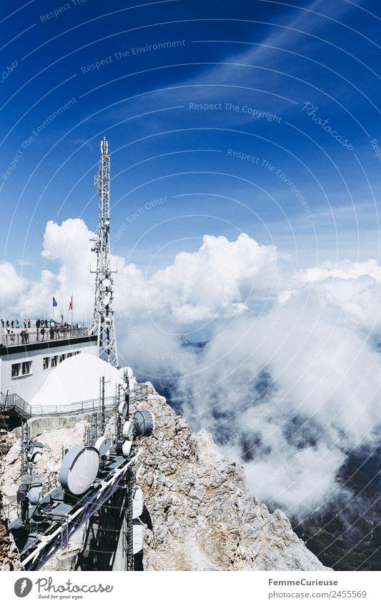 Viewing platform on Zugspitze mountain Natur Aussichtsturm Ausflugsziel Wolken Nebel Dunst Blauer Himmel Berge u. Gebirge wandern Luft Außenaufnahme Farbfoto