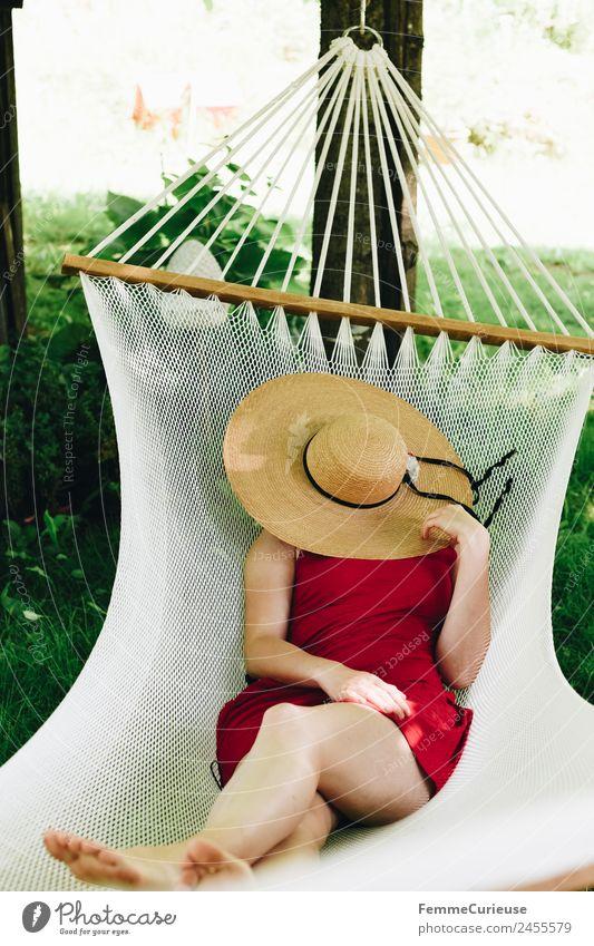 Young woman relaxing in a hammok feminin Junge Frau Jugendliche Erwachsene Beine Fuß 1 Mensch 18-30 Jahre 30-45 Jahre Erholung Ferien & Urlaub & Reisen