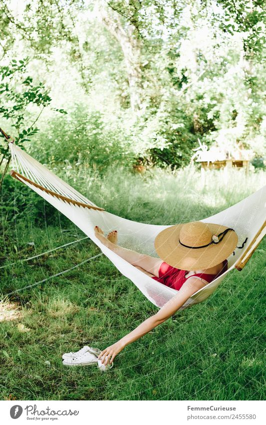 Young woman relaxing in a hammok Lifestyle feminin Junge Frau Jugendliche Erwachsene 1 Mensch 18-30 Jahre 30-45 Jahre Erholung Hängematte Sonnenhut Kleid Wiese