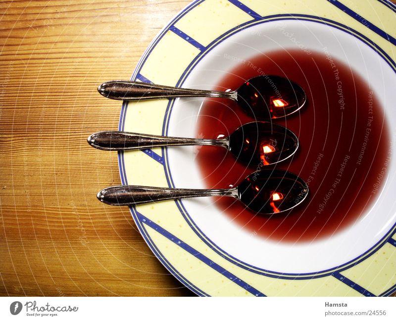 Auslöffeln Teller Suppe Löffel Kunstlicht rot Teilung Tisch Häusliches Leben drei Gegenstände