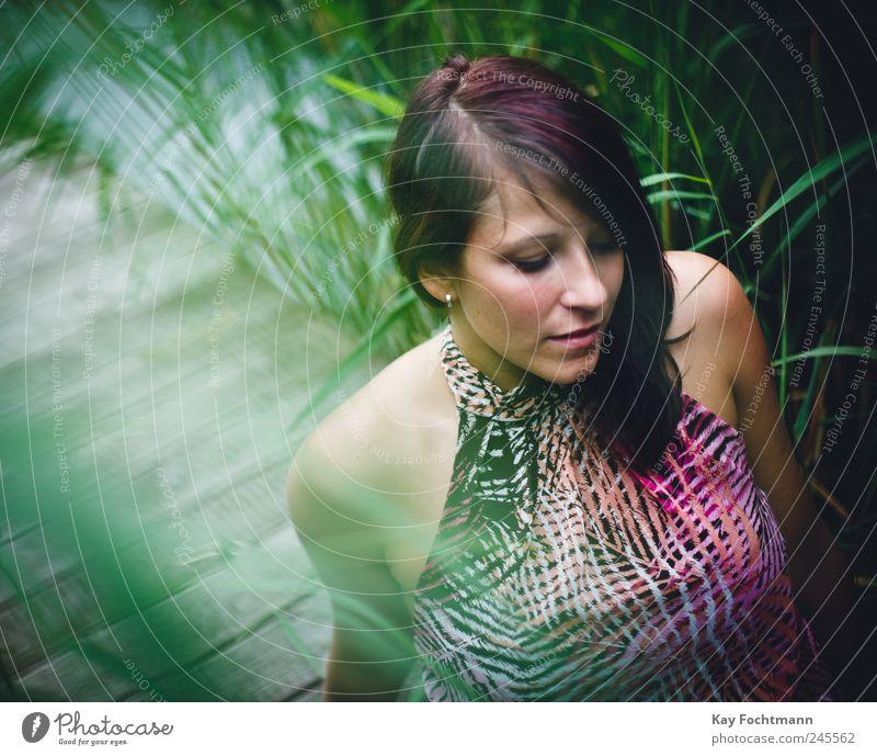 * Mensch Natur Jugendliche grün schön Pflanze Sommer Erholung feminin Gefühle Stil Holz träumen Denken Erwachsene Mode