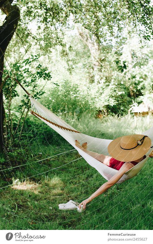 Young woman relaxing in a hammok feminin Junge Frau Jugendliche Erwachsene 1 Mensch 18-30 Jahre 30-45 Jahre Erholung Sonnenhut Hängematte Sommer Sommerurlaub