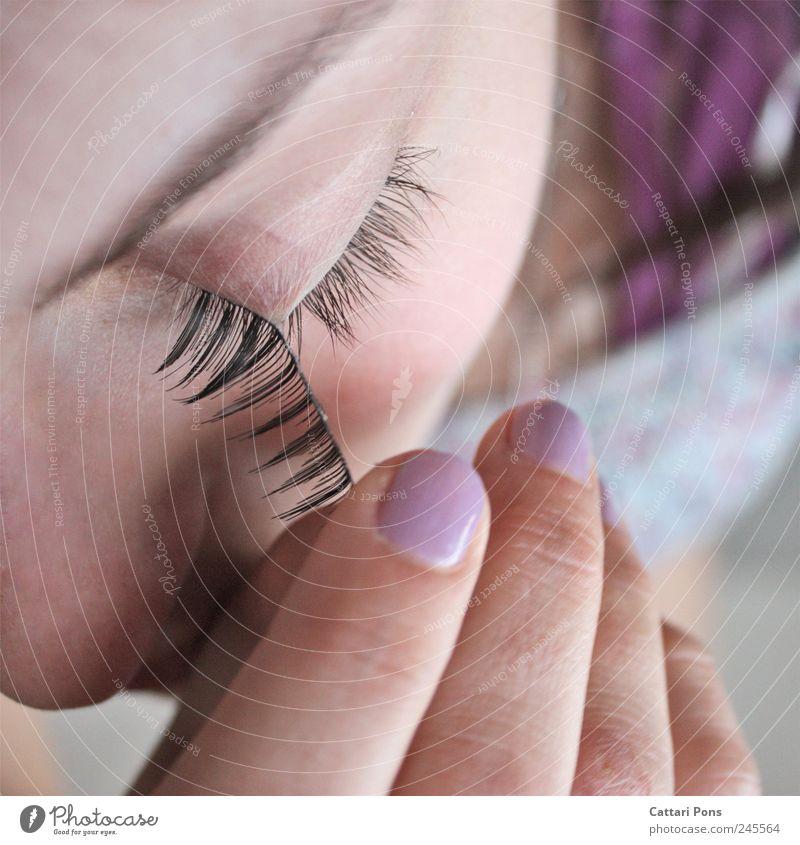 afterwards schön Gesicht Maniküre Kosmetik Schminke Wohlgefühl ausgehen feminin Junge Frau Jugendliche Erwachsene Auge 1 Mensch berühren machen nah dünn Wimpern