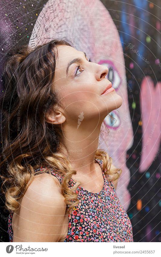 Nachdenkliche Frau, die sich mit Graffiti an eine Wand lehnt. Lifestyle Glück schön Gesicht Erholung ruhig Mensch feminin Erwachsene Weiblicher Senior Kopf 1