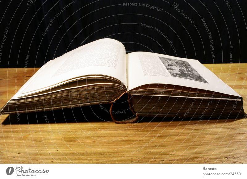 antikes Buch alt Buch Tisch offen Handwerk Vergangenheit Seite Märchen antik vergilbt Formel