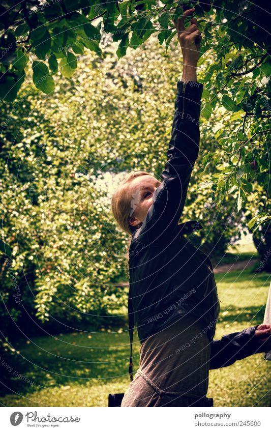 summer feeling Sommerurlaub Mensch feminin Junge Frau Jugendliche Erwachsene Freundschaft Partner Kopf Arme 1 18-30 Jahre Natur Frühling Baum Gras Sträucher