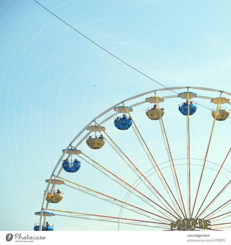 Wer hoch steigt, erhöht das Denkvermögen. Jahrmarkt Wolkenloser Himmel drehen groß rund blau Farbe Farbfoto mehrfarbig Außenaufnahme Textfreiraum oben