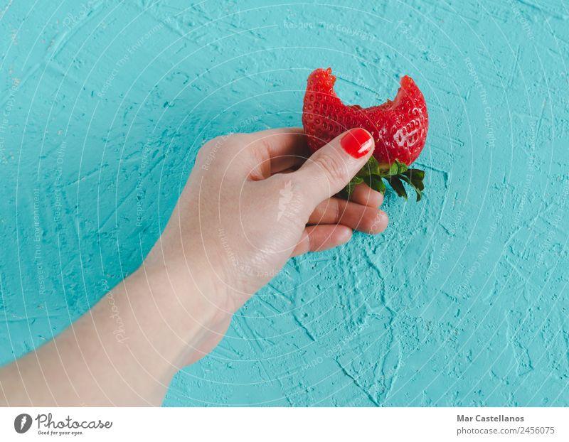 Frau Natur Sommer Pflanze Farbe grün Hand rot Erotik Blatt Freude Essen Erwachsene Gesundheit natürlich feminin