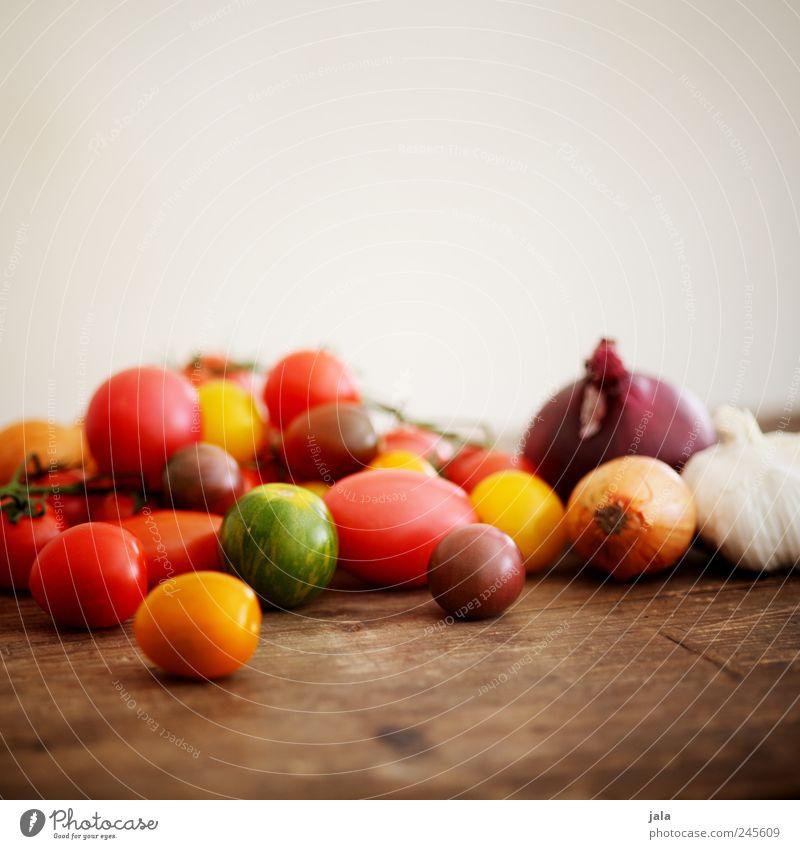sommergemüse Lebensmittel Gemüse Tomate Zwiebel Knoblauchknolle Gesundheit lecker gelb grün rot Holztisch Farbfoto Innenaufnahme Menschenleer Textfreiraum oben