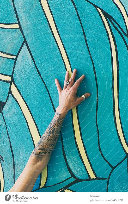 Tätowierter Arm an der Wand mit Graffiti Lifestyle Glück schön Erholung ruhig Mensch feminin Frau Erwachsene Arme Hand Finger 1 45-60 Jahre Kunst Maler