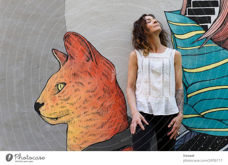 Frau Mensch schön Erotik Erholung ruhig Gesicht Straße Erwachsene Lifestyle Graffiti feminin Stil Gebäude Glück Kunst