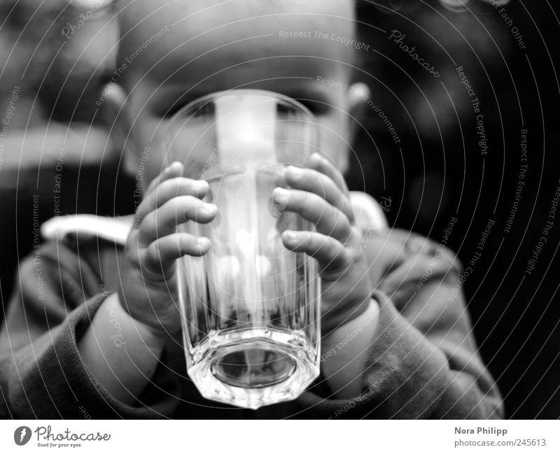 I am so thirsty. Mensch Kind Hand Freude Ernährung Kopf Baby klein Arme Zufriedenheit Glas groß Finger lernen Trinkwasser Getränk