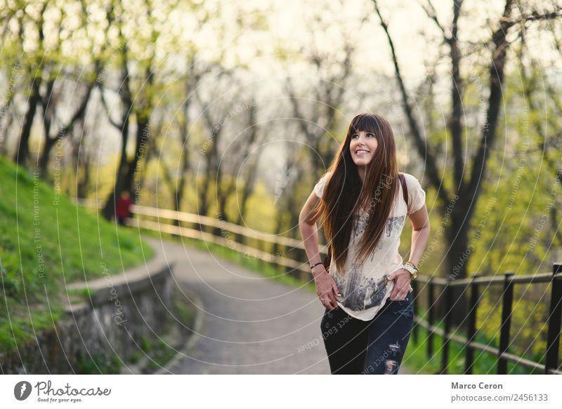 Schönes Mädchen mit langen braunen Haaren, das Fächer bekommt und lächelt. Lifestyle Reichtum Freude Glück schön Haare & Frisuren Haut Gesicht Kosmetik Parfum